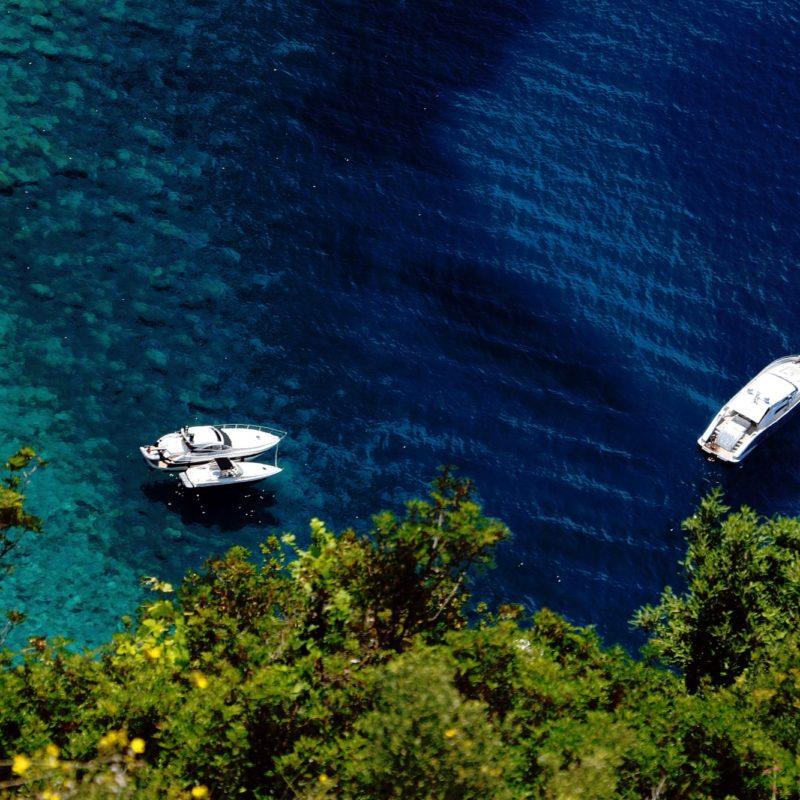 Barche nel mare delle Cinque Terre in Liguria (La Spezia). Foto d'autore by Paolo Grassi