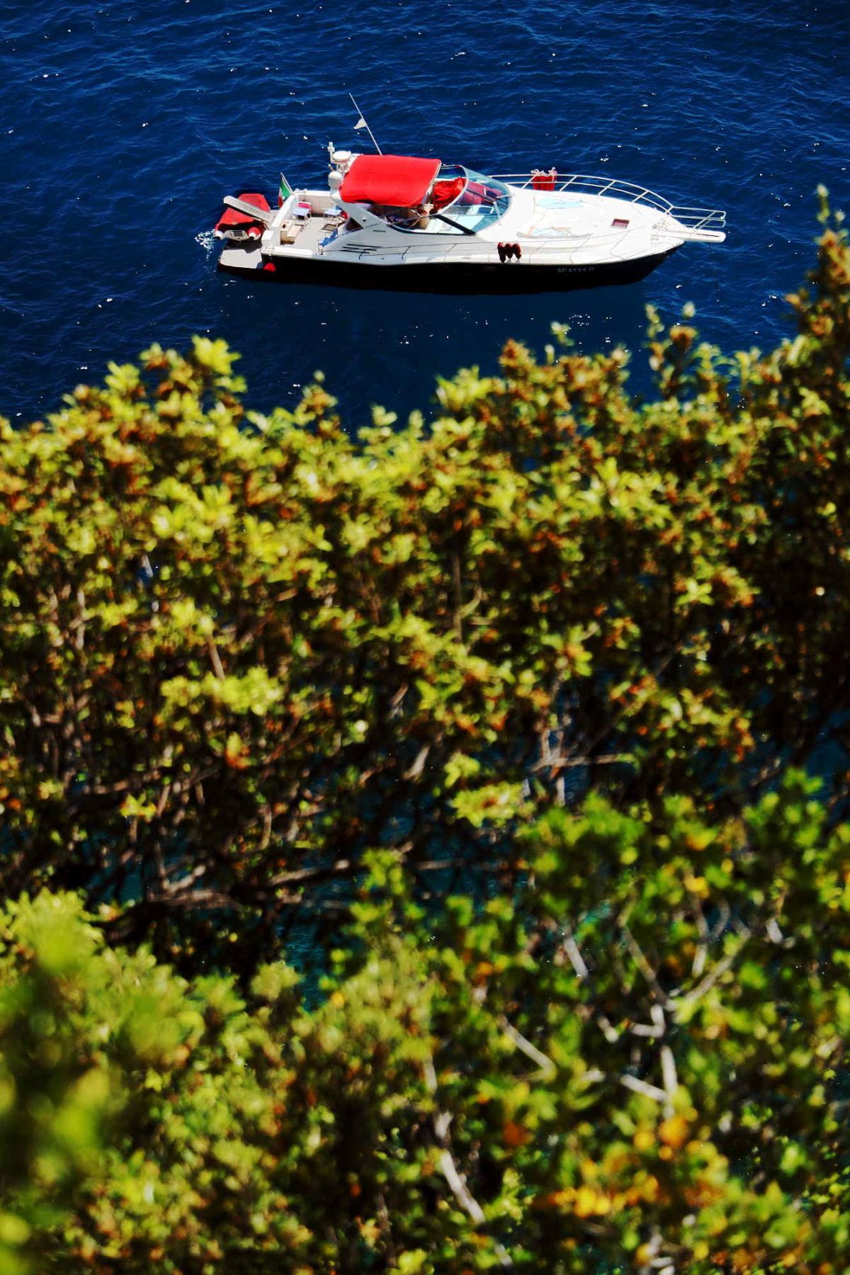 Barca dai sentieri delle Cinque Terre in una foto d'arte di Paolo Grassi.