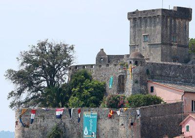 Mura del Castello di San Terenzo, Lerici con gli striscioni della mostra fotografica di Paolo Grassi