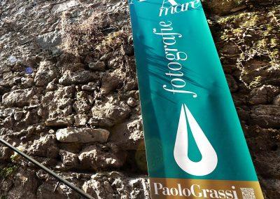 Fotografie d'autore al castello di San Terenzo. Mostra foto d'arte. Striscione Paolo Grassi